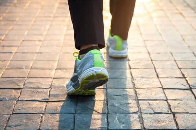 今人気!歩きたい位置で分かる性格とは?歩き方心理テスト