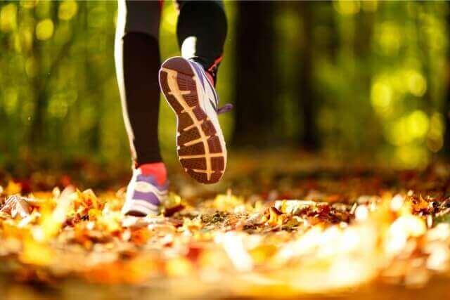 歩き方で分かる本性!腕組みをして歩く人の心理テスト